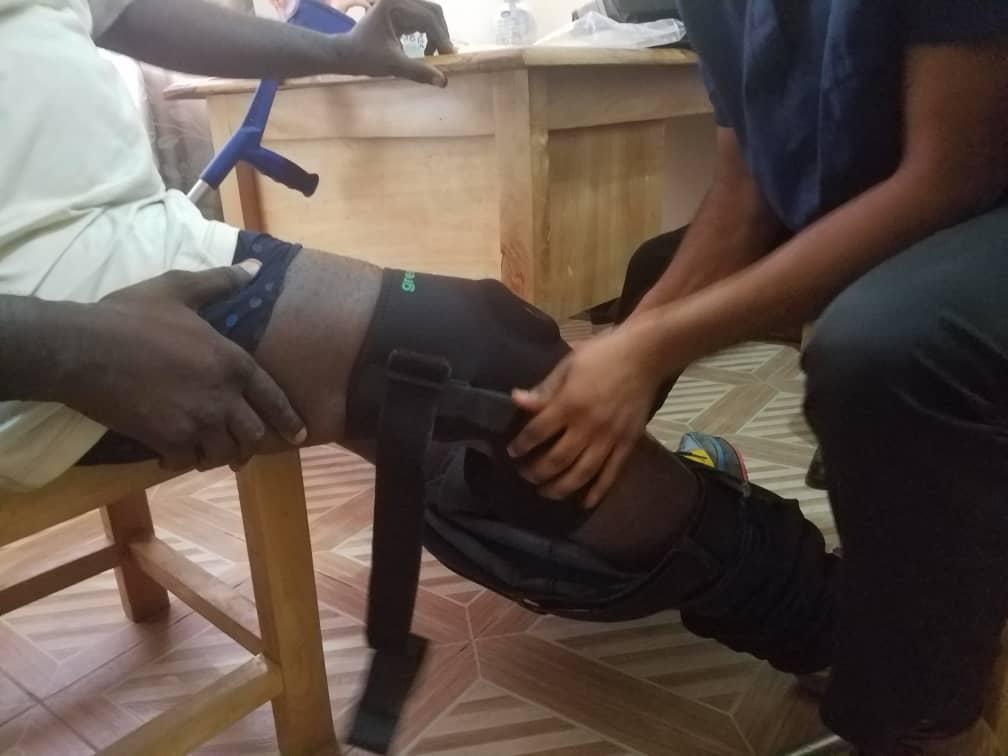 Collins bei der Anprobe seiner Knie-Bandage