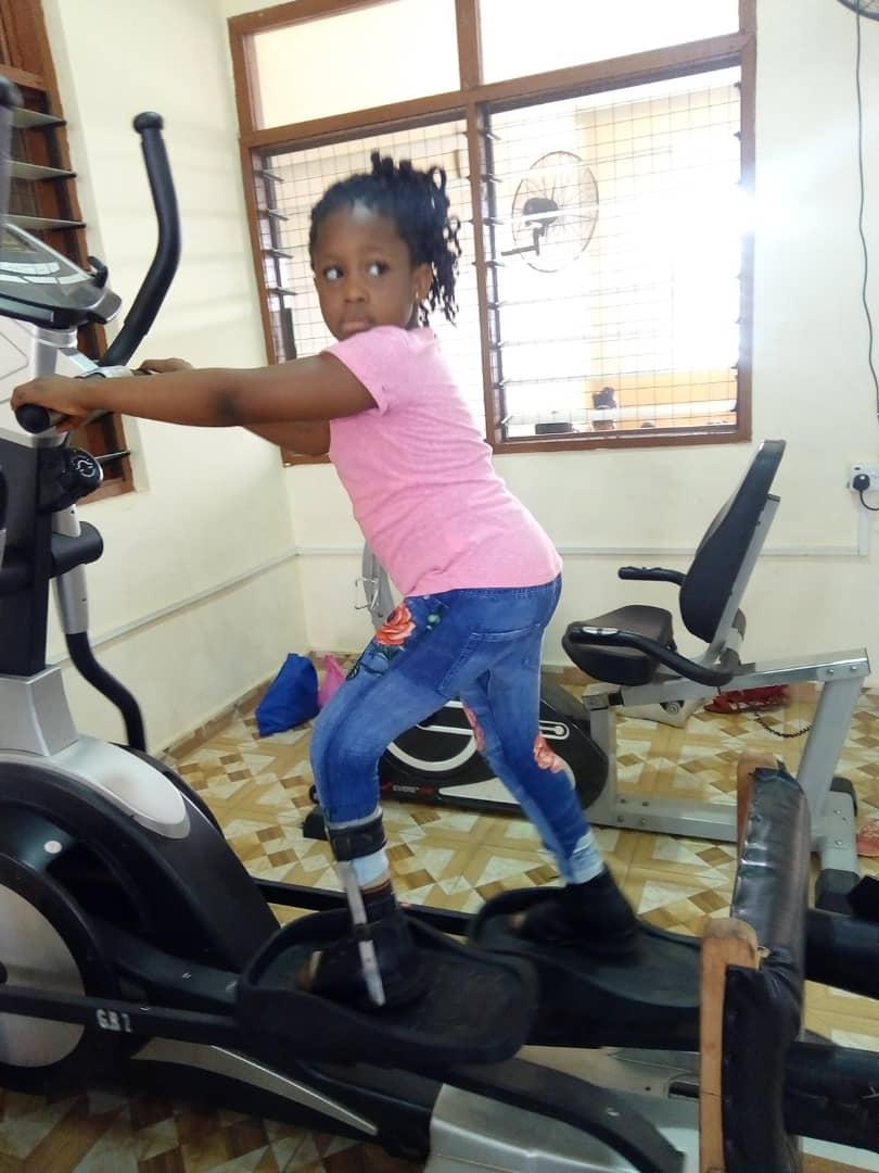 Nana trainiert im Rehazentrum in Duakwa nach ihrer Operation.