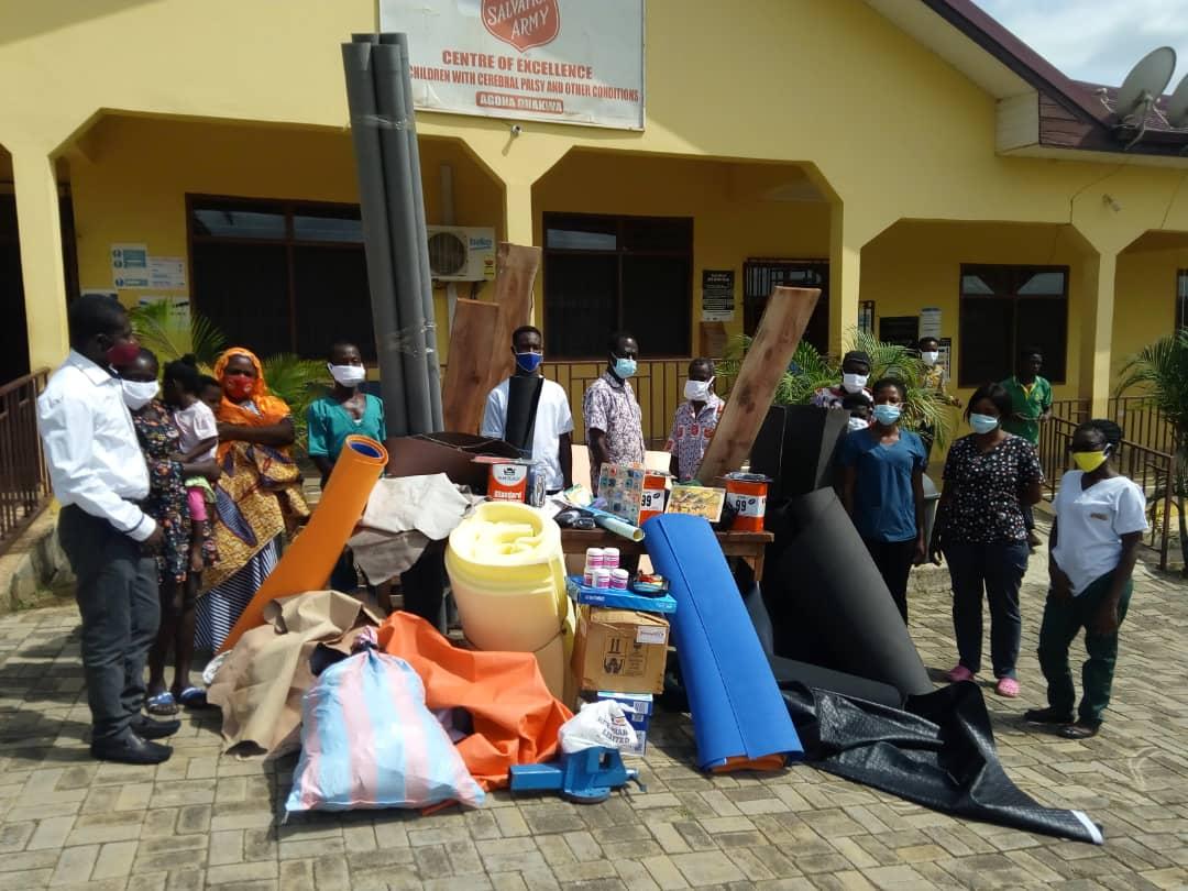 Mitarbeiter des Rehazentrums und die gekauften Materialien für die orthopädischen Werkstatt.